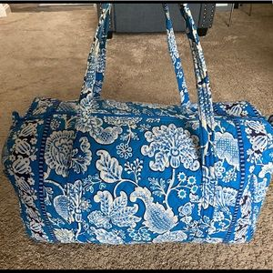 💙 SALE! Vera Bradley Duffle Bag 💙